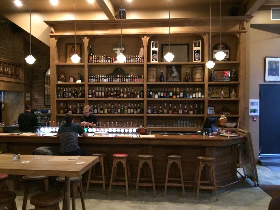 Armoires / étagères en bois - Pub St-Alexandre.
